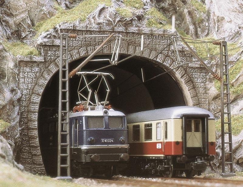 2 E-Lok-Portale, zweigleisig, Spur H0