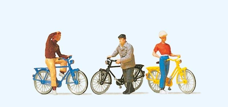Stehende Radfahrer am Bahnübergang 1:87 / H0