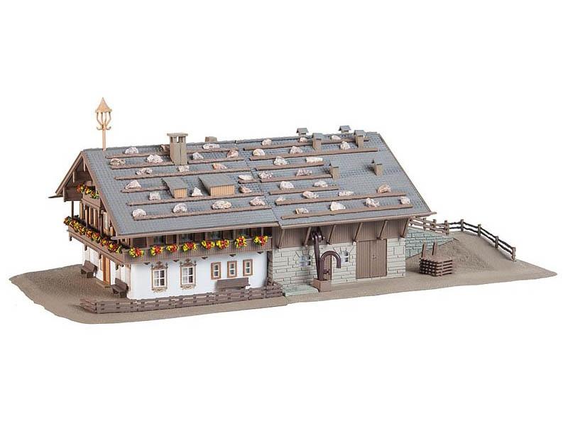 Großer Alpenhof mit Scheune Bausatz N